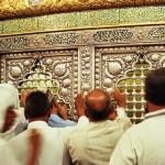 Hazreti Zeynep türbesinin içinde dua eden insanlar